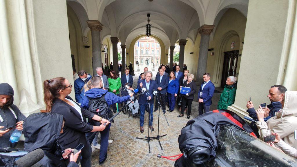Poparcie dla Rafała Trzaskowskiego na briefingu pod wrocławskimi sukiennicami